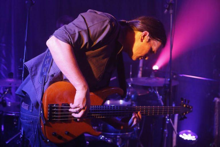 live stage bass e-bass yasi hofer