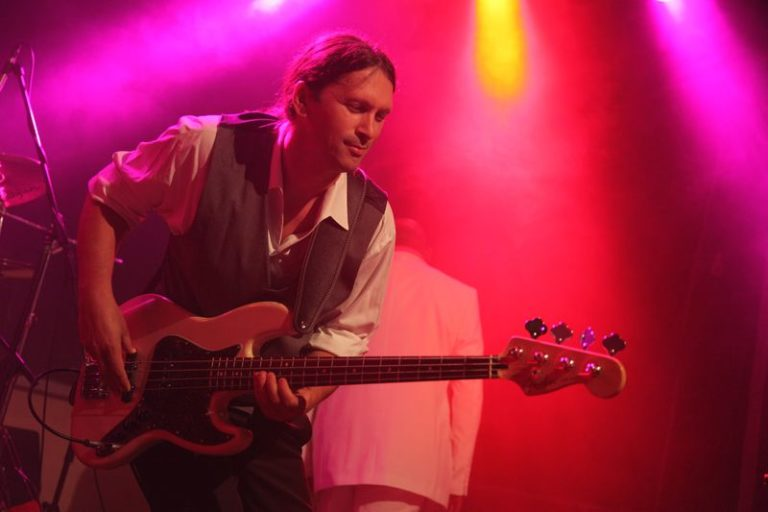 Bass live stage pic bassplayer Knauss