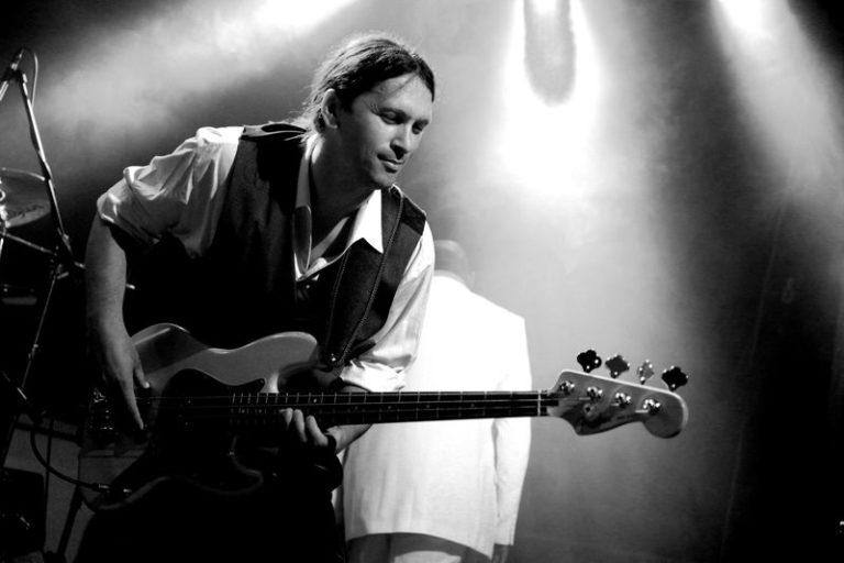 Steffen Knauss Bass live pic bw